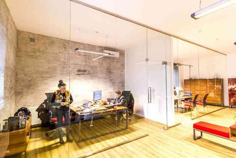 stolarka aluminiowa przeszklenie w budynku