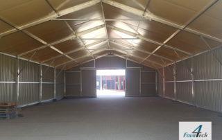 hala namiotowa wnętrze z bramą rozsuwaną