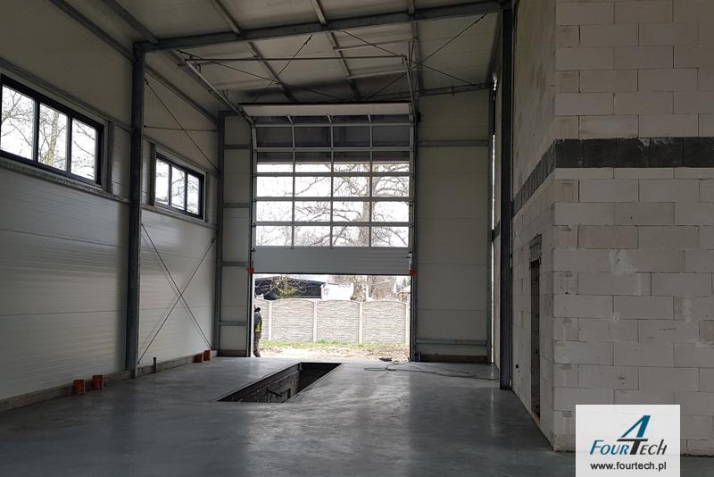 Dobudówka hali stalowej z płyt warstwowej