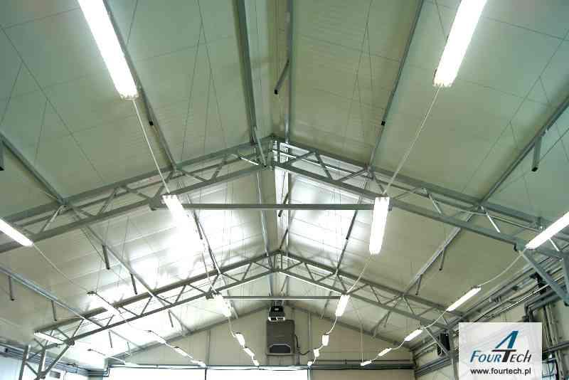 wnętrze hali z oświetleniem - dach