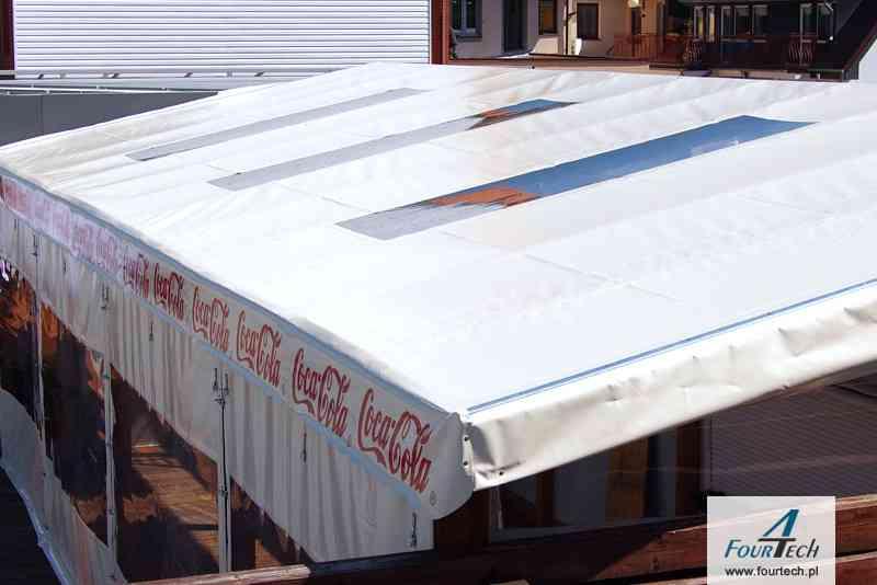 plandeka z przeszkleniami na dachu