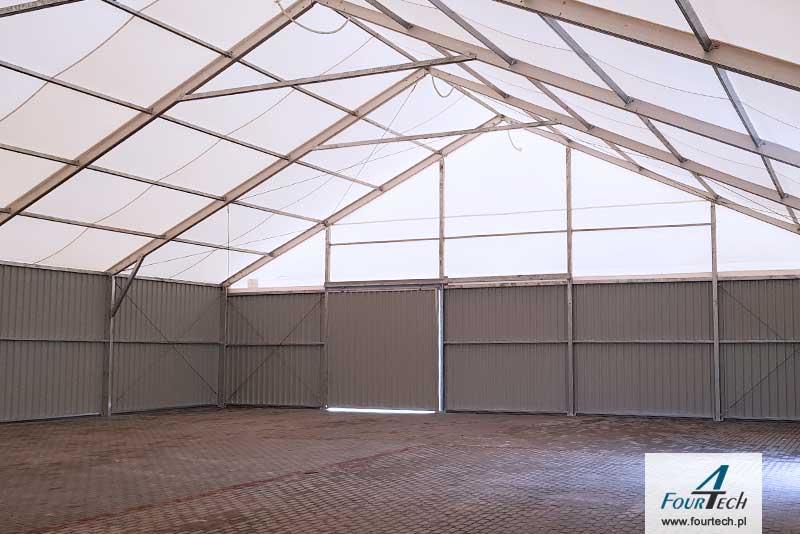 wnętrze hali namiotowej